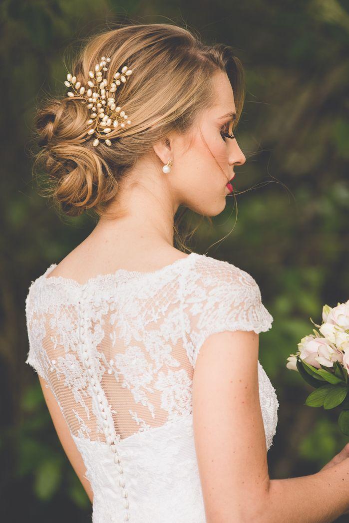 Penteado de noiva com flores e coque